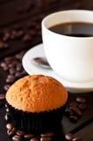 Koffie met een muffin op lijst dichte omhooggaand Royalty-vrije Stock Afbeelding