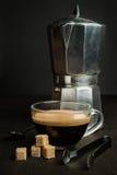 Koffie met een oud metaalkoffiezetapparaat Stock Afbeelding
