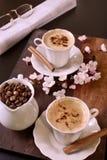 Koffie met een pijpje kaneel Stock Foto