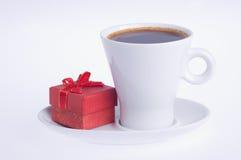 Koffie met een verrassing in de rode doos stock afbeeldingen