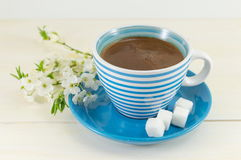 Koffie met kersenbloesems stock afbeeldingen