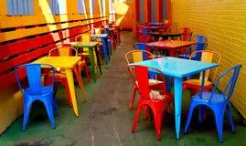 Koffie met kleurrijke lijsten en stoelen stock foto