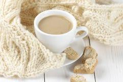 Koffie met koekjes en breigoed Stock Foto's
