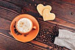 Koffie met koekjes en koffiebonen stock afbeelding