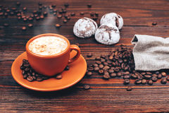 Koffie met koekjes en koffiebonen royalty-vrije stock fotografie