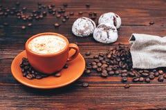 Koffie met koekjes en koffiebonen stock afbeeldingen