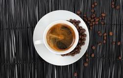 Koffie met koffiebonen stock fotografie