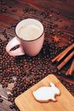 Koffie met konijntje-vormig koekje stock fotografie