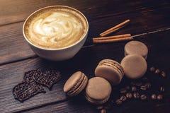 Koffie met macarons en chocolade in de vorm van hart Stock Fotografie