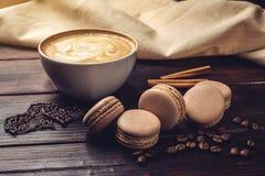 Koffie met macarons en chocolade in de vorm van hart Stock Foto