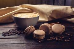 Koffie met macarons en chocolade in de vorm van hart royalty-vrije stock afbeelding