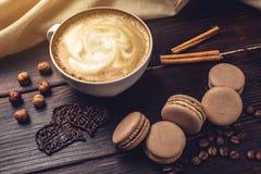 Koffie met macarons en chocolade in de vorm van hart Royalty-vrije Stock Afbeeldingen