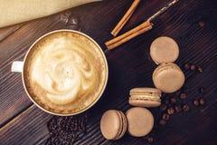 Koffie met macarons en chocolade in de vorm van hart Royalty-vrije Stock Foto's