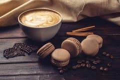 Koffie met macarons en chocolade in de vorm van hart Stock Foto's