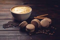 Koffie met macarons en chocolade in de vorm van hart Stock Afbeeldingen