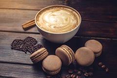 Koffie met macarons en chocolade in de vorm van hart Royalty-vrije Stock Foto