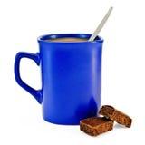 Koffie met melk in een blauwe kop met chocolade Stock Foto