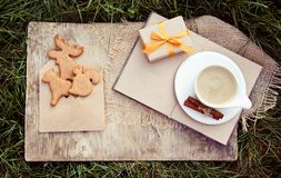 Koffie met melk en koekjes in de vorm van dieren Gemberkoekjes en een hete drank De herfstgift Royalty-vrije Stock Fotografie
