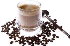 Koffie met melk in glaskop op witte achtergrond royalty-vrije stock afbeeldingen