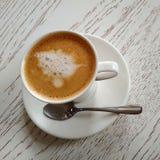 Koffie met melk op de witte lijst stock afbeelding