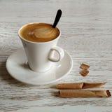 Koffie met melk op de witte lijst stock fotografie