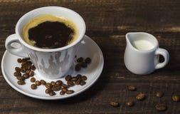 Koffie met melk op een houten achtergrond stock afbeeldingen