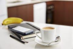 Koffie met melk op het werk Stock Fotografie