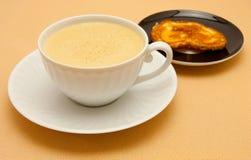 Koffie met melk in witte kop Stock Foto's