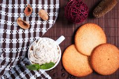 Koffie met room, koekjes en pepermunt Stock Fotografie