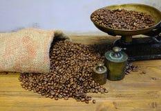 Koffie met schaal en koffiebonen stock fotografie