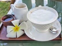Koffie met thee wordt geplaatst die stock afbeeldingen