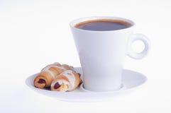 Koffie met twee croissanten op een schotel stock afbeeldingen