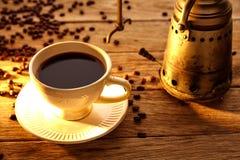 Koffie met uitstekende machine op oud hout Stock Fotografie