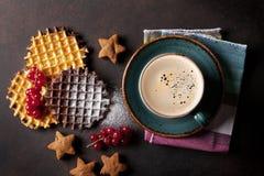 Koffie met wafels en snoepjes royalty-vrije stock foto
