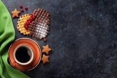Koffie met wafels en snoepjes stock afbeeldingen