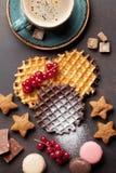 Koffie met wafels en snoepjes royalty-vrije stock afbeeldingen