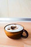 Koffie Mocha in houten kop Royalty-vrije Stock Afbeeldingen