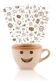 Koffie-mok met hand getrokken media pictogrammen Stock Foto's