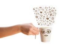 Koffie-mok met hand getrokken media pictogrammen Stock Afbeeldingen
