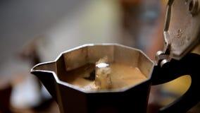Koffie in mokapot het Koken stock footage