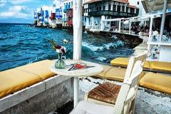 Koffie in Mykonos-stad bij waterrand Stock Foto