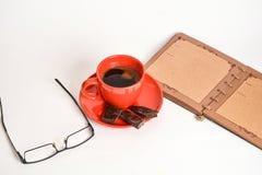 Koffie, notitieboekje en glazen Stock Foto's