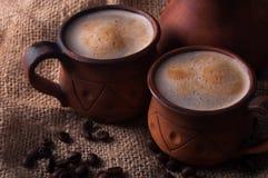 Koffie, ochtend, het concept van koffiebonen - coffe in aardewerkkop Stock Foto