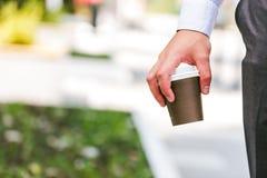 Koffie om gehouden te gaan door zakenman die die zich bij straat bevinden royalty-vrije stock fotografie