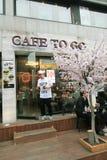 Koffie om te gaan winkel in Seoel Stock Foto's
