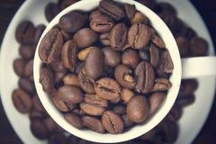 Koffie op bruine achtergrond Royalty-vrije Stock Foto's