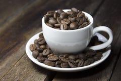 Koffie op bruine achtergrond Royalty-vrije Stock Afbeeldingen