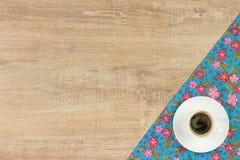 Koffie op de doekservet van de patroonbloem op lege houten achtergrond Stock Foto's