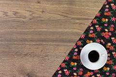 Koffie op de doekservet van de patroonbloem op lege houten achtergrond Royalty-vrije Stock Fotografie