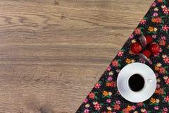 Koffie op de doekservet van de patroonbloem op lege houten achtergrond Stock Afbeelding